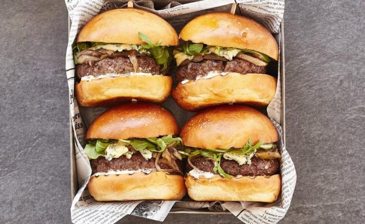 Burger au boeuf, au fromage bleu et aux oignons