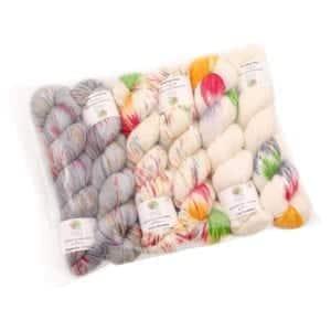 Écheveaux de laine multicolore